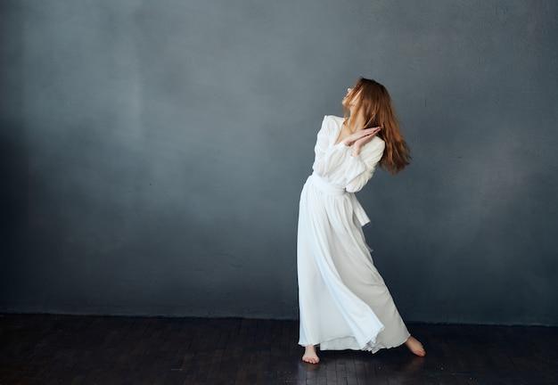 白いドレスの女性ダンスグラマー暗い背景の贅沢