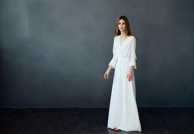 흰 드레스 댄스 매력적인 어두운 배경에 여자