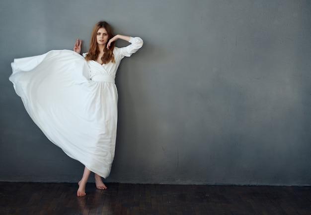 白いドレスのファッションの魅力と豪華なポーズの女性