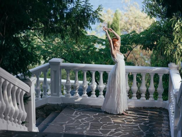 하얀 드레스를 입은 여자 그리스 패션 포즈 매력 공주