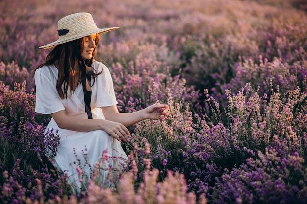 ラベンダー畑の白いドレスを着た女性
