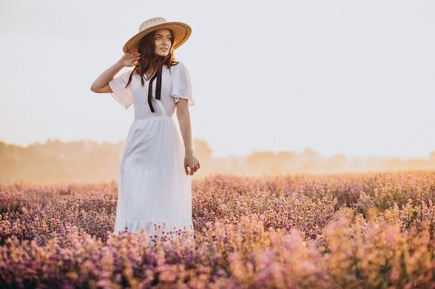 Lavander 필드에서 흰 드레스 여자