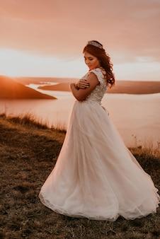Женщина в белом платье на берегу реки и островов