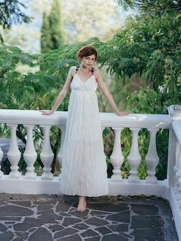 공원 그리스 럭셔리에서 흰 드레스에 여자