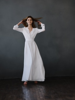 白いドレスの動きのダンスの魅力の女性