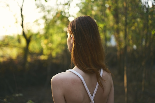白いドレスを着た女性自然の森の木々夏の散歩