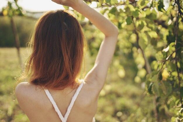 白いドレスの女性自然緑は木に新鮮な空気を残します