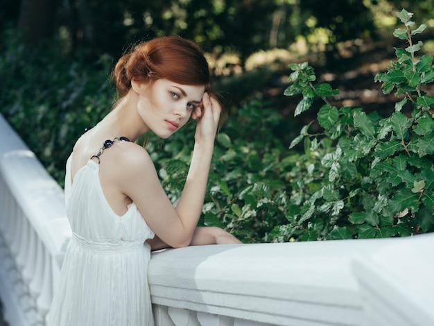 자연의 매력 공주 신화에 흰 드레스를 입은 여자
