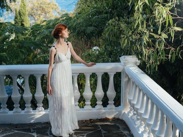 自然神話の女王の白いドレスを着た女性