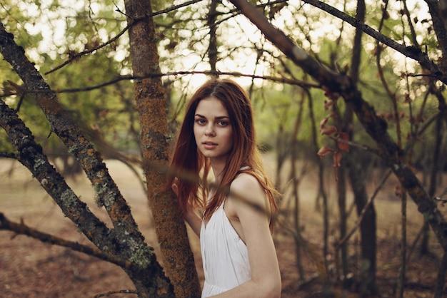 Женщина в белом платье на природе летом лесные деревья прогулки
