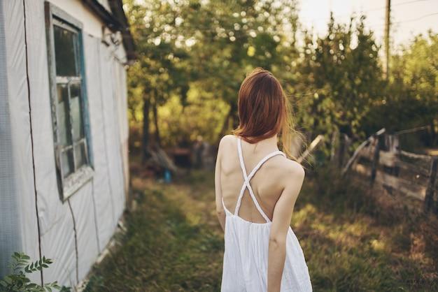 白いドレスの屋外の楽しい村の女性。高品質の写真
