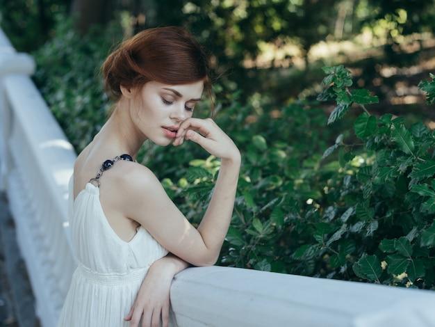흰 드레스 야외 자연 그리스에서 여자입니다.