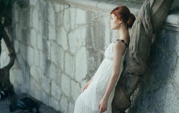 ギリシャの神話の王女を歩く白いドレスを着た女性。高品質の写真