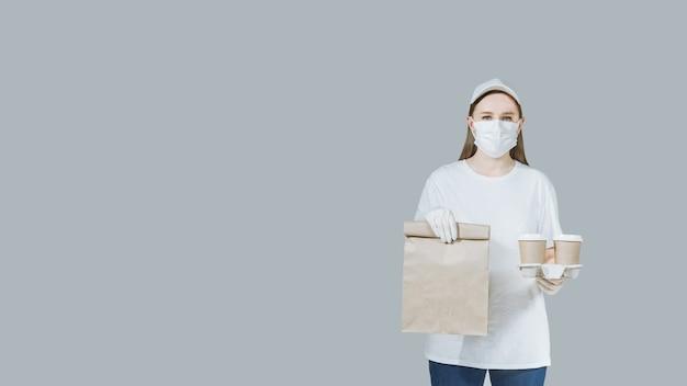 패스트 푸드 주문을주는 흰 마스크에 여자