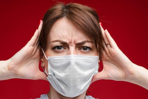 흰색 의료 마스크에 여자가 아프다, 그림 빨간색 배경에 고립
