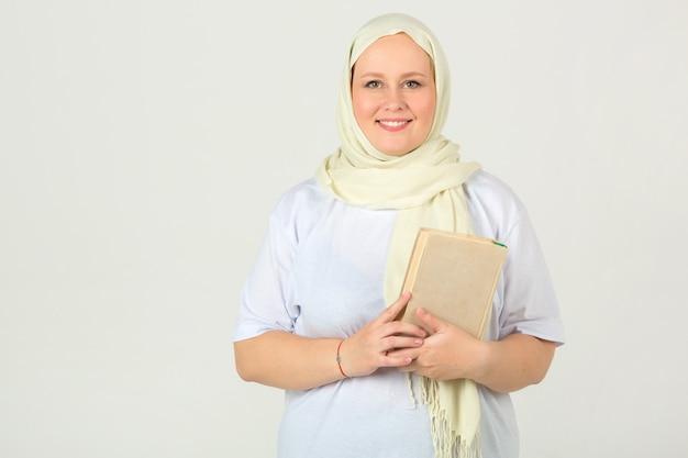 白いイスラム教徒のスカーフの女性