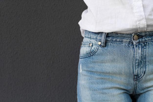 회색 벽 외 흰 셔츠와 청바지에 여자