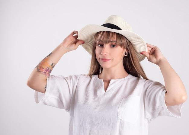 白いシャツと帽子の女性
