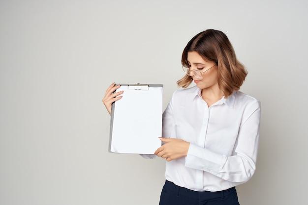 白いシャツを着た女性がオフィスの公式成功を記録