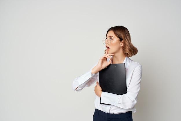 白いシャツを着た女性メジャースタジオの仕事のドキュメント