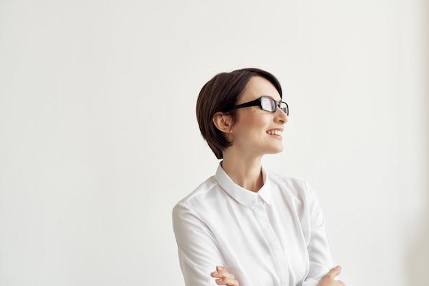 眼鏡オフィスエグゼクティブスタジオライフスタイルと白いシャツの女性