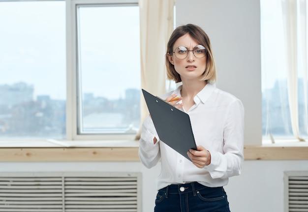 白いシャツを着た女性の職場のドキュメント