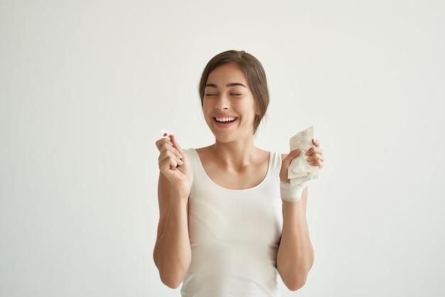 手治療病院の健康の丸薬と白い小さな女性