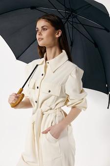 흰색 정장 오픈 우산 비오는 날씨에 여자. 고품질 사진