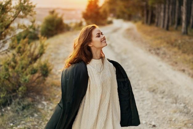 Женщина в белом свитере на природе осенняя прогулка на свежем воздухе