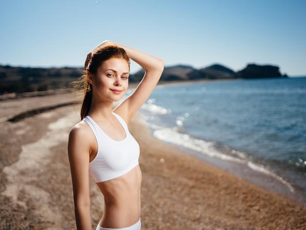 ビーチの海の夏に白い水着の女性