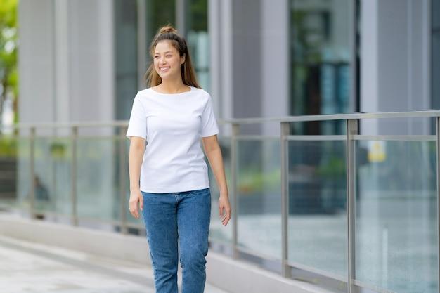 白いtシャツとブルージーンズの女性