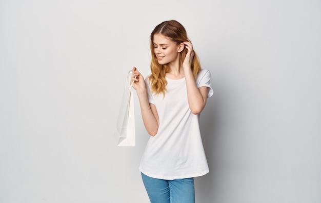흰색 t- 셔츠와 청바지 패키지에 여자
