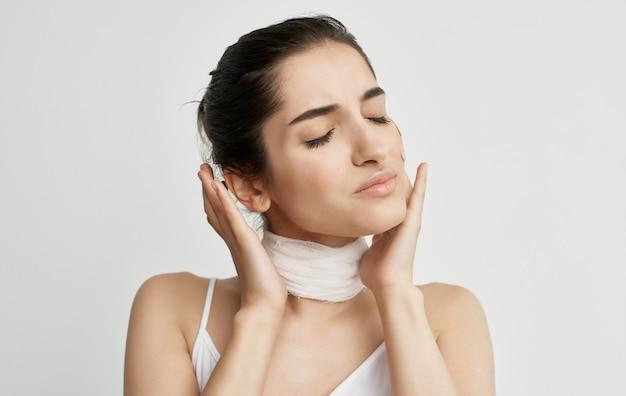 白いtシャツの女性包帯首の健康問題