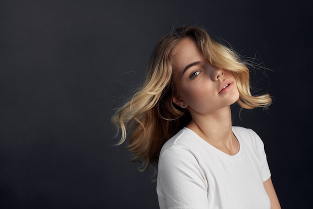 白いtシャツの金髪の魅力的なファッションの女性。高品質の写真
