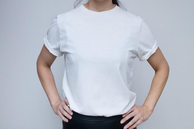 비문을 모의에 대 한 흰색 티셔츠에 여자
