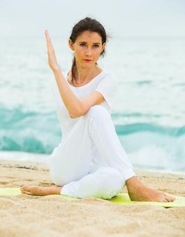흰색 티셔츠에 여자 stretchin 연습