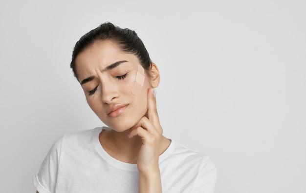 白いtシャツの丸薬健康問題の薬の治療の女性