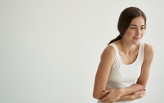 흰색 티셔츠 외상 건강 문제 병원에서 여자. 고품질 사진