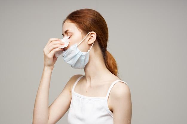 Женщина в белой футболке с шарфом изолировала фоном. фото высокого качества