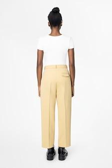 흰색 티와 베이지색 슬랙스를 입은 여성 캐주얼 패션 후면보기