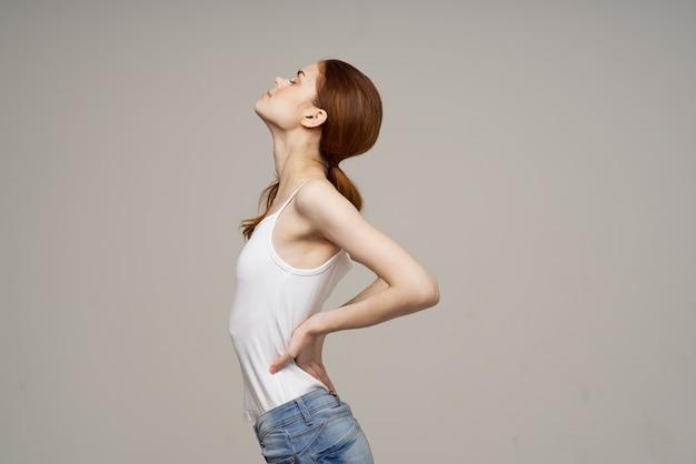 흰색 tshirt 허리 통증 건강 문제 골다공증 스튜디오 치료에 여자