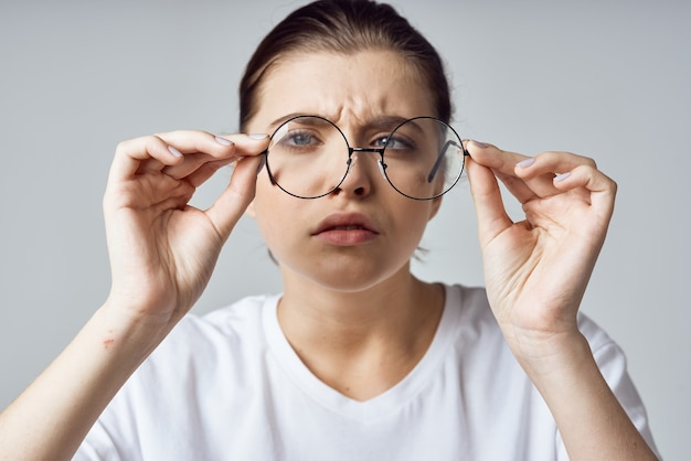 Женщина в белой футболке очки плохое зрение крупным планом
