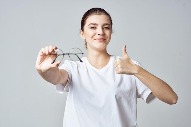 Женщина в белых очках футболки плохое зрение крупным планом