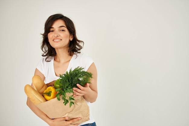 흰색 티셔츠 식료품 건강 식품 슈퍼마켓 배달에 여자