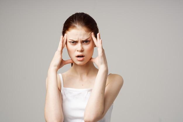 白いtシャツの女性頭痛健康問題ストレス孤立した背景