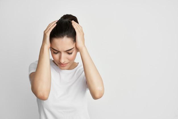 흰색 tshirt 건강 문제 편두통 건강 의학 치료 우울증에 여자