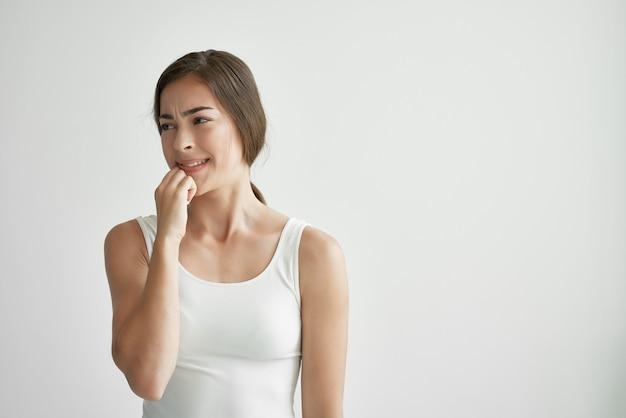 Женщина в белой футболке проблемы со здоровьем эмоции депрессия недовольство