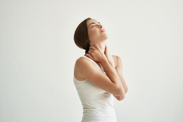 흰색 tshirt 관절 통증 건강 문제 불편에 여자