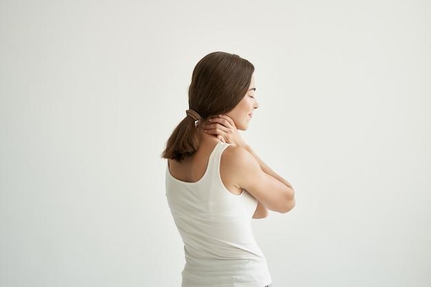 Женщина в белой футболке лечение боли в суставах здоровье светлом фоне