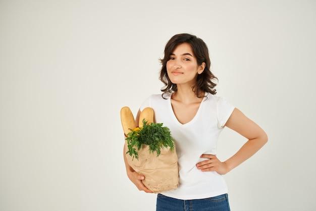슈퍼마켓 건강 식품에 식료품과 흰색 tshirt 패키지에 여자